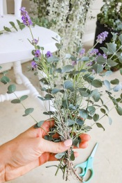 Keep making the mini bouquet in your hand.